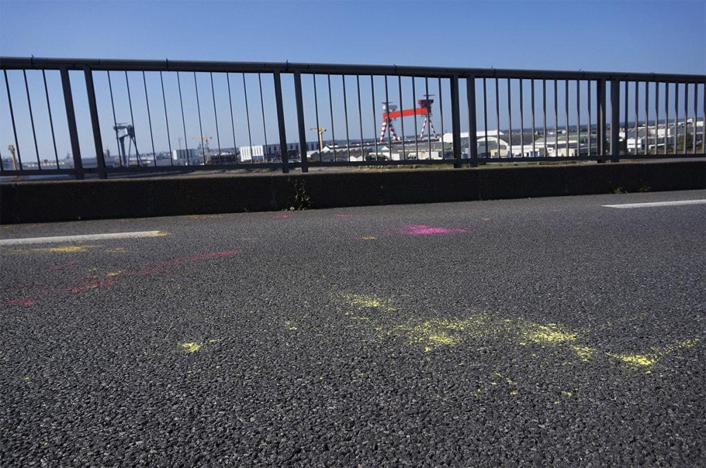 trace de poudre coloré sur le bitume du pont de saint-nazaire